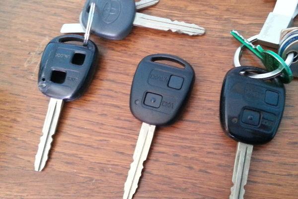 Riparare e sostituire i tastini, la cover, il guscio, la scocca della chiave toyota e riparare anche quando la chiave toyota codifcata è rotta.